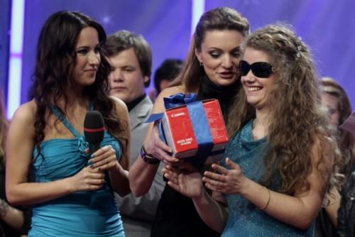 LNK laida 2 minutės šlovės, aklai dainininkei Lidijai įteikiamas prizas - fotoaparatas