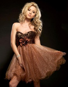 Šviesiaplaukė mergina ruda suknele