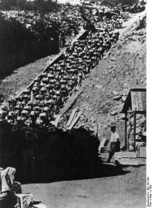 Mauthauseno koncentracijos stovykla, kaliniai lipa mirties laiptais