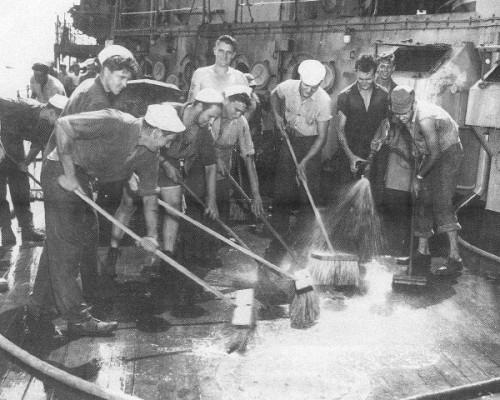 Crossroads Baker testas, jūreiviai plauna denį po branduolinių bandymų
