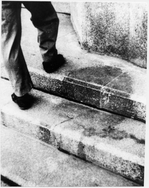 Atominis šešėlis ant akmeninių laiptų