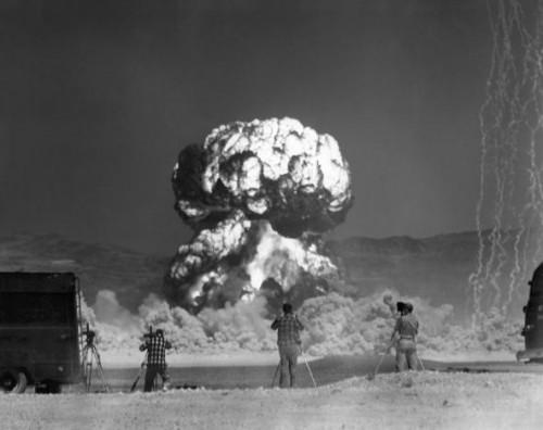 Fotografai fotografuoja atominį sprogimą