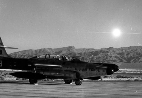 JAV Indian Springs karinių oro pajėgų bazė, lėktuvas Scorpion, 1957 metai, atominis sprogimas fone