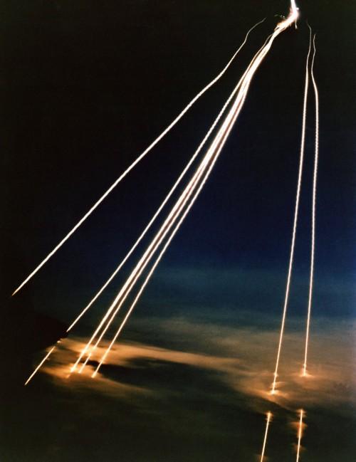 MX Peacekeeper raketa - kovinės galvutės įeina į atmosferą