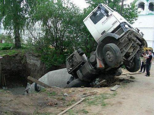 Į duobę įgriuvęs sunkvežimis