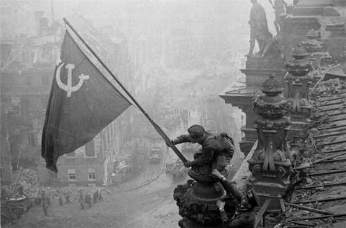 Jevgenij Chaldej, raudonoji vėliava iškeliama virš Reichstago, 1945 metai