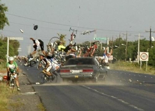 Degeneratas vairuotojas numušinėja dviratininkus