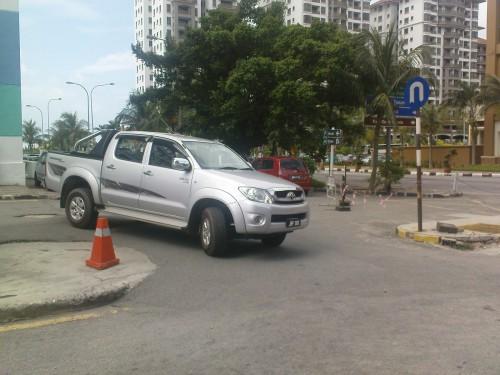Džipas Toyota Hilux priparkuotas ant įvažiavimo į aikštelę