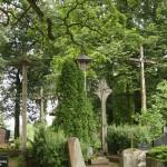 Senoviniai mediniai kryžiai ir koplytstulpis. Tai pati ta tikroji lietuviška kapinių tradicija.