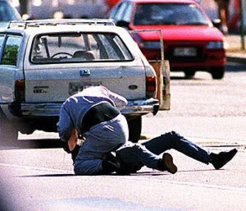 Tūpam idiotui vairuotojui daužomas snukis