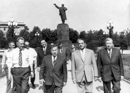 Kompartijos vadai prie Lenino paminklo