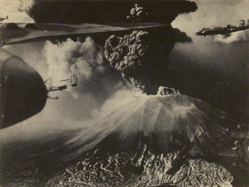 Amerikiečių B-25 bombonešiai skrenda virš Vezuvijaus ugnikalnio. 1944 metai.
