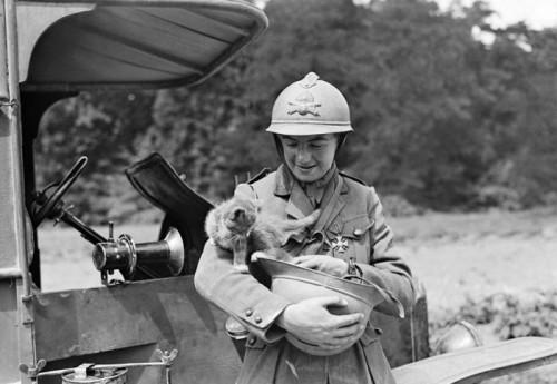 Artileristas neša kačiuką, maždaug I Pasaulinio karo laikų nuotrauka