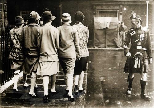 Merginos ir škotų kareivis, 1926