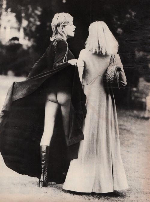 Nežinomo autoriaus nuotrauka. Dvi merginos. Apie 1970.
