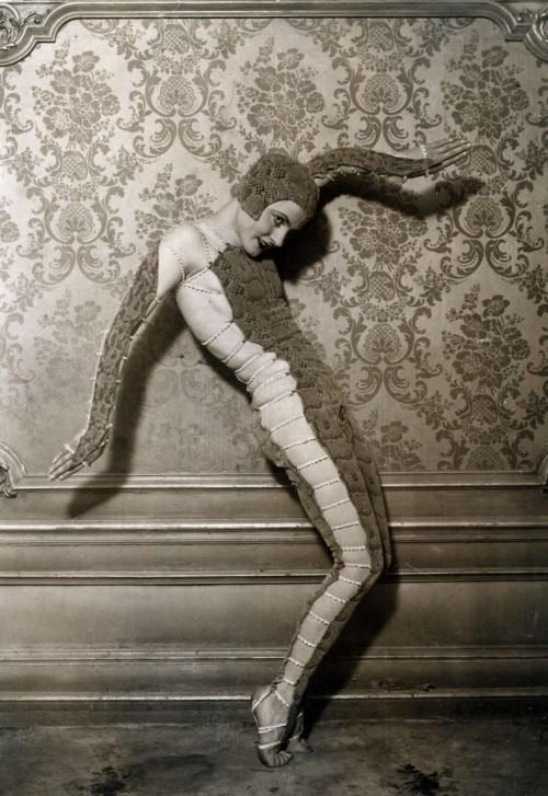 Šokėja šoka kažkokį gyvatės šokį