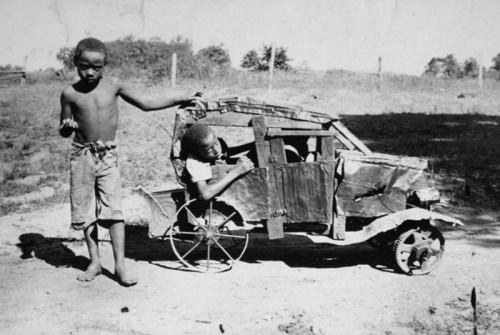 Afrika, vaikai negriukai su savo mašina