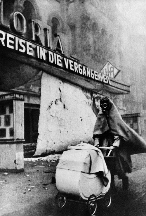 Karas, moteris su vaikišku vežimėliu.