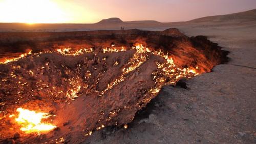 Pragaro vartai, Turkmėnija, Darvaza. Degantis dujų krateris Karakumų dykumoje.