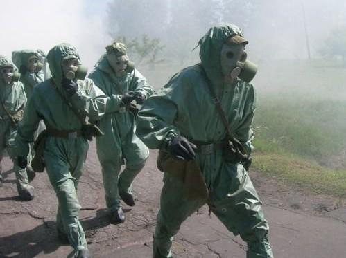 Cheminis karas visiems sovietiniams kareiviams asociavosi su kankinančiais lakstymais, užsimovus dujokaukę ir priešcheminę aprangą. Kai kurie nuo tokių lakstymų mirdavo - dėl šiluminio šoko.