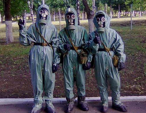 Rusiška karinė RHBZ apranga yra klaikiai nepatogi ir varginanti, tačiau laikoma visgi labai patikima apsauga nuo chemijos, lenkiančia daugumą įprastų vakarietiškų priešcheminių lauko kostiumų. Gal taip yra dėl to, kad ta pačia apranga turėjo rengtis ir einantys į mūšį, ir dirbantys su cheminiais užtaisais (Vakarų šalyse tam naudojami visiškai skirtingi kostiumų tipai). Visgi, nepaisant savo patikimumo, šita rusiška apsauga praktiškai nepadeda apsisaugoti nuo fluoro vandenilio rūgšties.