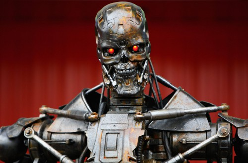 Kai jūs bendraujate su robotu, tai galit įtikinėti ir argumentuoti kaip tik norite. Robotui tai nieko nereiškia, nes jis tiesiog vykdo programą. Ir jis jums kartos tą atį kliedesį vis kitais žodžiais, nepavargdamas ir neribotais kiekiais.