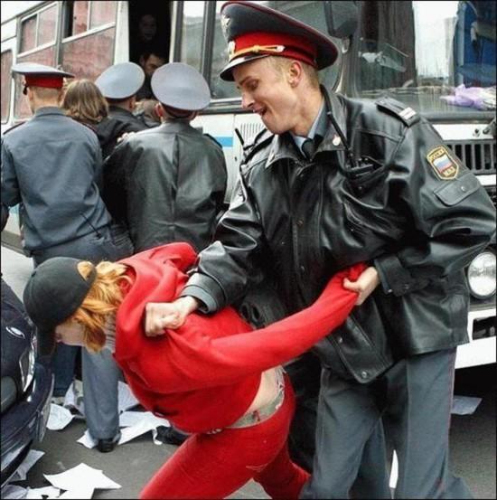 Rusijos policija puikiai sugeba mušti bejėges moteris, išėjusias į politinę demonstraciją, tačiau būtent taip jie patys augina teroristus.