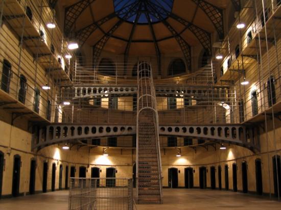 Kokiu gražiu bedarytum kalėjimą, jis visvien lieka kalėjimu. O kalinių darbas yra paties mažiausio našumo, kokį galima įsivaizduoti.