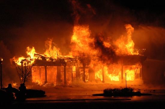 Yra trys visiškai skirtingi klausimai: kaip padaryti, kad gaisras nekiltų, kaip laiku užgesinti gaisrą ir ką daryti, jei sudegė namai. Ir aš jums labai patariu šitų dalykų nepainioti.