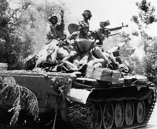 Štai jums Afrikos vaizdelis - kovotojai prieš fašizmą, sukilę ir užsigrobę iš kokios tai vietinės chuntos tanką, važiuoja saugoti nekaltų gyventojų. Neprimena jums kažko?
