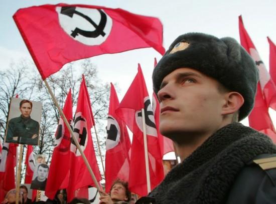 Nacionalbolševizmas - tai tik viena iš Kremliaus tyliai toleruojamų kliedesių. Ten pat ir visokie juodašimtininkai, ir SSRS 2.0., ir visokios šizofreninio pobūdžio geopolitinės teorijos apie tai, kad Rusija turi valdyti Baltijos šalis ir Lenkiją. Ten pat ir kremlinoidiniai kliedesiai apie NATO ir CŽV invaziją, apie karą prieš Rusiją berengiančią Lietuvą, ir išvis apie kažkokį čionai vykdomą genocidą ir netgi apie pasaulį valdančius reptiloidus. Šiandien Seimas nubalsavo, kad šitas mėšlas Lietuvoje sklistų nevaržomai.