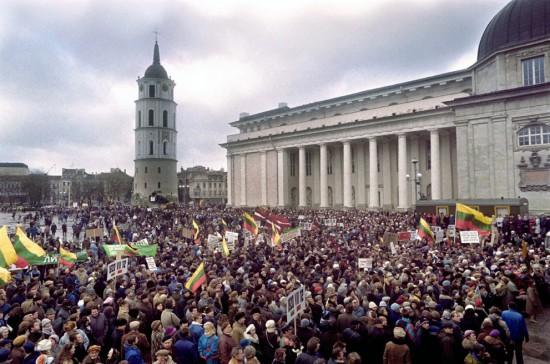 Laisvę Lietuvoje paskelbė tiesiog paprasti žmonės. Tokie patys kaip aš ar jūs, čia skaitantys. Paprasčiausiai visi nusprendėme, ėmėme kalbėti, išėjome į gatves - štai ir viskas. Galvojate, kad jūs kitokie? Aš jums tiesiai ir aiškiai sakau: jūs taip pat viską galite spręsti ir nuspręsti.