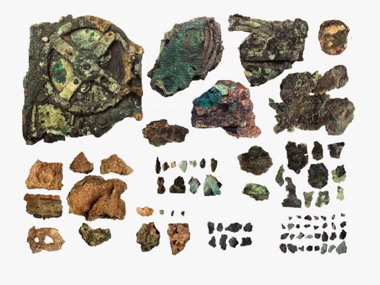1902 metais toksai archeologas Valerios Stais šalia Antikiteros (Antikytheros) salos iš nuskendusio senovinio laivo ištraukė kažkokį keistą mechanizmą, sukurtą kažkokių korintiečių. Dešimtis metų niekas negalėjo aiškiai suprasti, kas tai per daiktas, bet prieš kelis dešimtmečius paaiškėjo, kad tai tiesiog mechaninis (analoginis) kompiuteris, skirtas astronominiams skaičiavimams. Galim spėti, kad sistemų administratoriai egzistavo jau tais laikais.