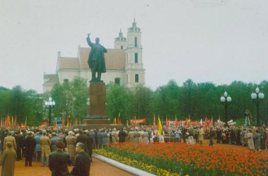 Būtent sovietmečiu Lukiškių aikštė iš kažkokios turgelių ir pasismaginimų vietos buvo paversta kažkokiu memorialiniu kompleksu. Totalinio paminklinimo mylėtojai tą sovietinę paminklinimo idėją nori ir toliau pratęsti, tik kitais pavidalais.
