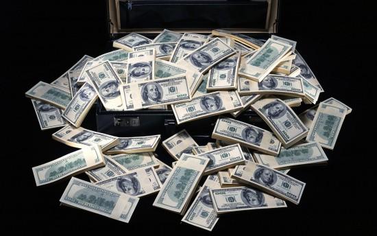 Mane patenkins lagaminas pinigų. Neškite juos man.