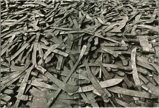 Ruandoje žmones žudė paprastai - mačetėmis. Užkapodami visus. Tiesiog. Tutsiai turėjo plonesnes nosis ir kiek šviesesnę odą - tai buvo jų skiriamasis bruožas. Kada, kodėl ir kur eiti žudyti, pasakydavo Tūkstančio kalvų laisvės radijas.