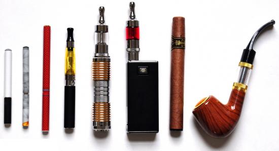 Būna elektroninės cigaretės, būna ir cigarai, ir netgi pypkės. Visi tie dalykai gal išties kažkokių ten dervų mažiau duoda, kietų dalelių gal irgi mažiau, smarvės mažiau ir taip toliau. Tik tiek, kad išties tai rūkai neaišku ką ir neaišku kokiais kiekiais. Kai kurie sako, kad suvartojamo nikotino dozės, perėjus prie elektroninių cigarečių, gali padidėti net ne kelis, o kelias dešimtis kartų.