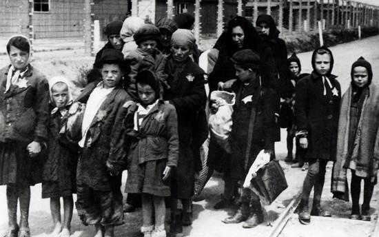 Holokaustas prasidėjo nuo to, kad buvo išskirta diskriminuojamų žmonių grupė. Kriterijus, pagal kurį ta grupė buvo išskirta, buvo toks, kurio patys tos grupės atstovai negali pasirinkti. Paskui pagal tą patį kriterijų žmonės buvo naikinami. Ir suaugę, ir vaikai. Tiesiog pagal kriterijų, kad esi žydas.
